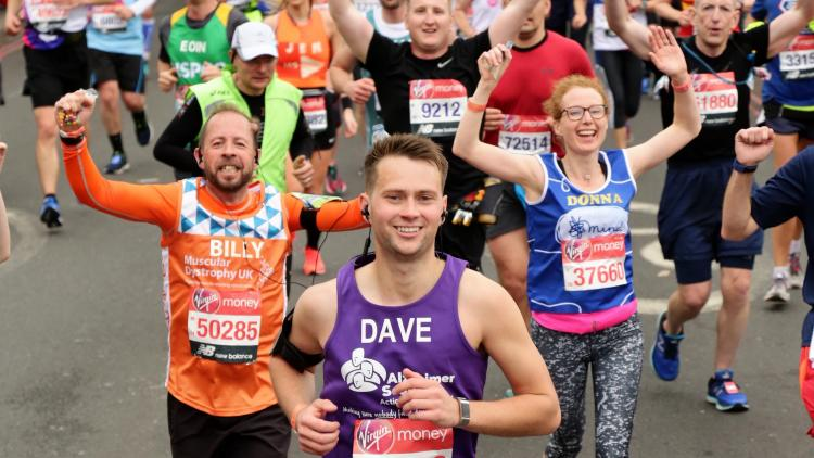 Alzheimer Scotland runner leads cheering London Marathon participants